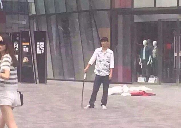 Man Posed With Sword In Middle Of Street After Stabbing Woman To Death UNILAD 2B53674800000578 3196317 Armed attacker A man armed with a metre long sword stabbed a wom m 12 14394605497304