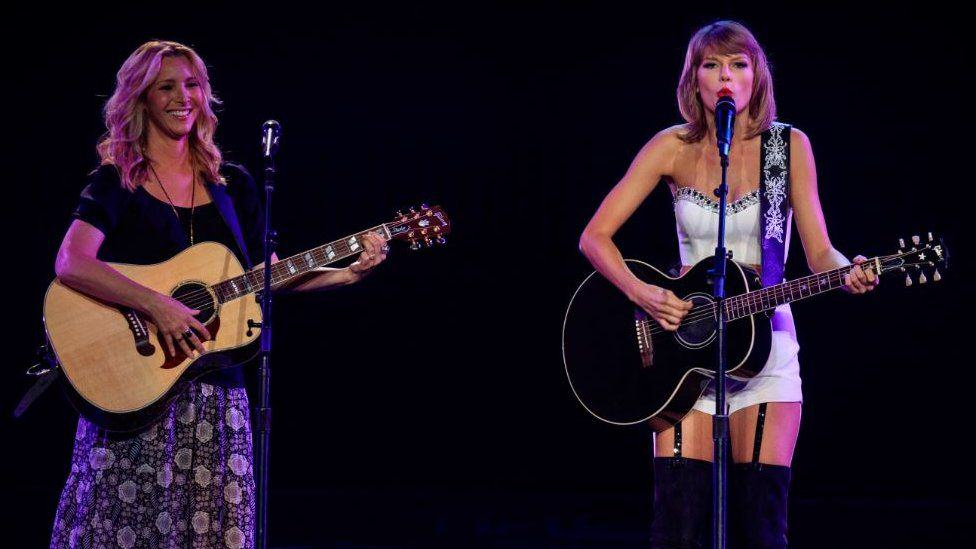 The One Where Phoebe From Friends Goes On Stage With Taylor Swift And Sings Smelly Cat UNILAD 85220890 taylorandlisa2 BBV7