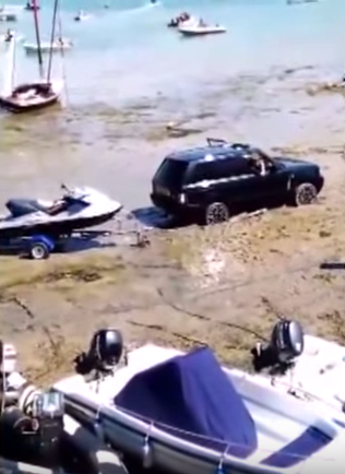 Moment Range Rover Had To Be Rescued By 50 Year Old Land Rover UNILAD ES9X3nowF74