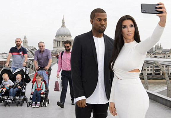 Kim And Kanye Waxworks Confuse Commuters In Central London UNILAD XwY8Au