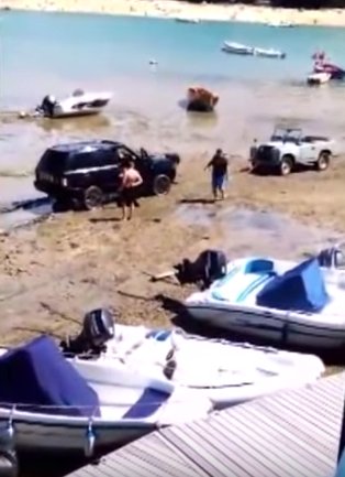 Moment Range Rover Had To Be Rescued By 50 Year Old Land Rover UNILAD lmMfzK4xi5O