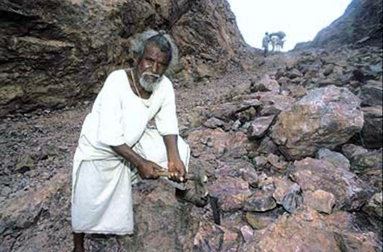Man Spent 22 Years Carving Way Through Mountain After His Wife Died UNILAD manjhi real 14