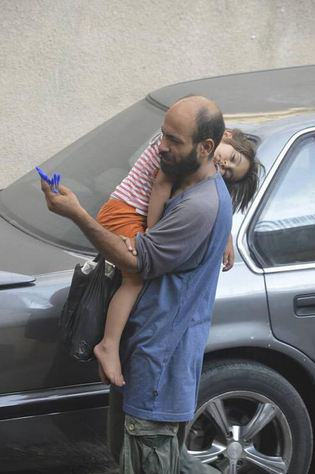 One Refugee Pictured Selling Biros Carrying His Child Is Set For New Life After Crowdfunding UNILAD penref17
