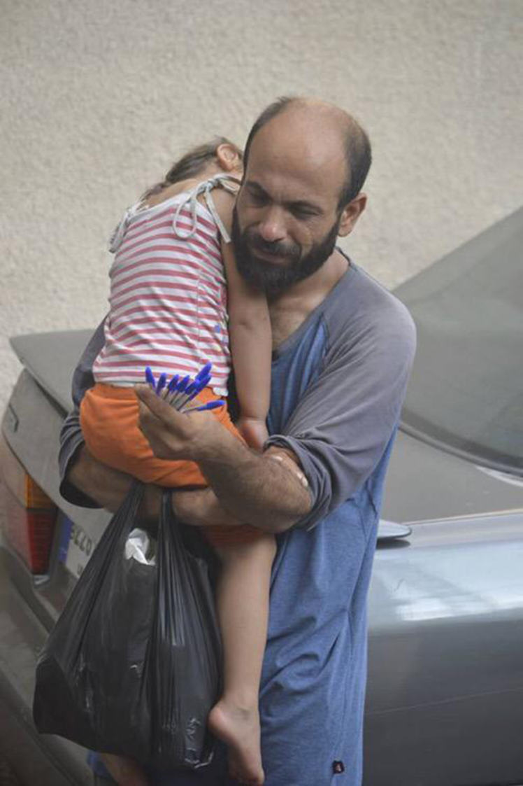 One Refugee Pictured Selling Biros Carrying His Child Is Set For New Life After Crowdfunding UNILAD penref5
