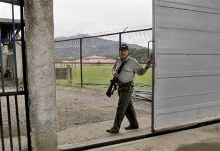 Pigeon Caught Trying To Smuggle Drugs Into Costa Rican Prison UNILAD pipo4