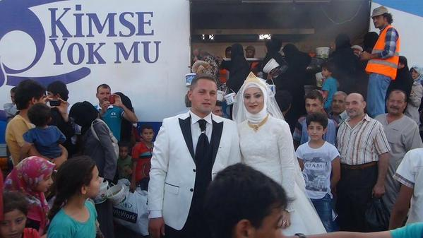 This Couple Spent Their Wedding Day Feeding 4,000 Syrian Refugees wW1fRiKQm