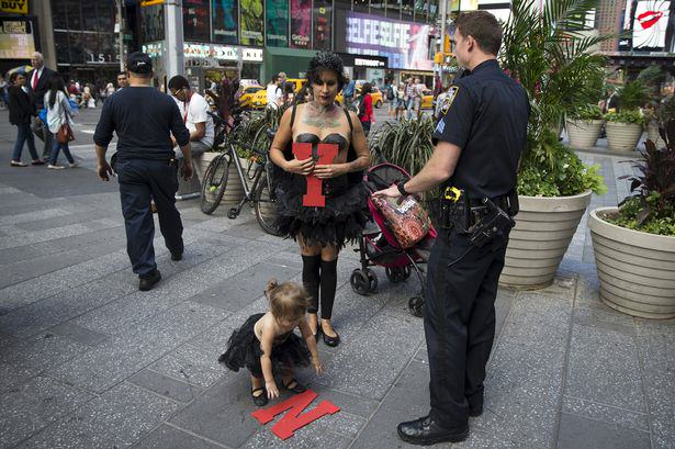 Topless Street Performer Criticised For Bringing Her Toddler To Work UNILAD Street performer Maria Diaz reuters5