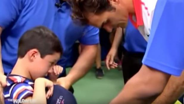 Roger Federer Saves A Young Fan From Being Crushed By Crowd UNILAD fed14