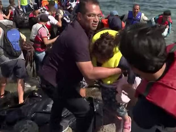 Krishnan Guru Murthy Stops Channel 4 News Report To Help Refugees Ashore UNILAD kgm crop2