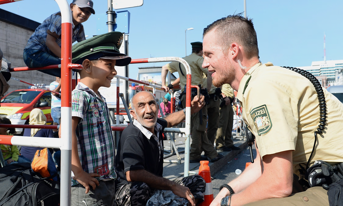 Refugees Greeted By Cheers From Germans After Long Journey From Budapest UNILAD ref17