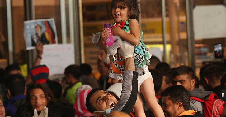 Refugees Greeted By Cheers From Germans After Long Journey From Budapest UNILAD ref335