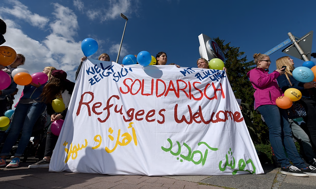 Refugees Greeted By Cheers From Germans After Long Journey From Budapest UNILAD ref6