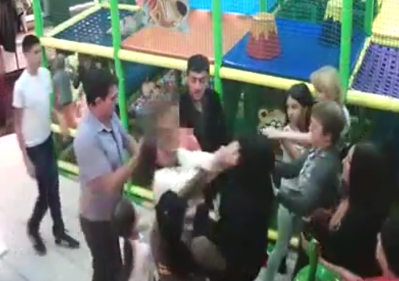 Childrens Soft Play Birthday Party Turns Into Mass Catfight Between Angry Mothers UNILAD Screen Shot 2015 10 22 at 19.26.3222155
