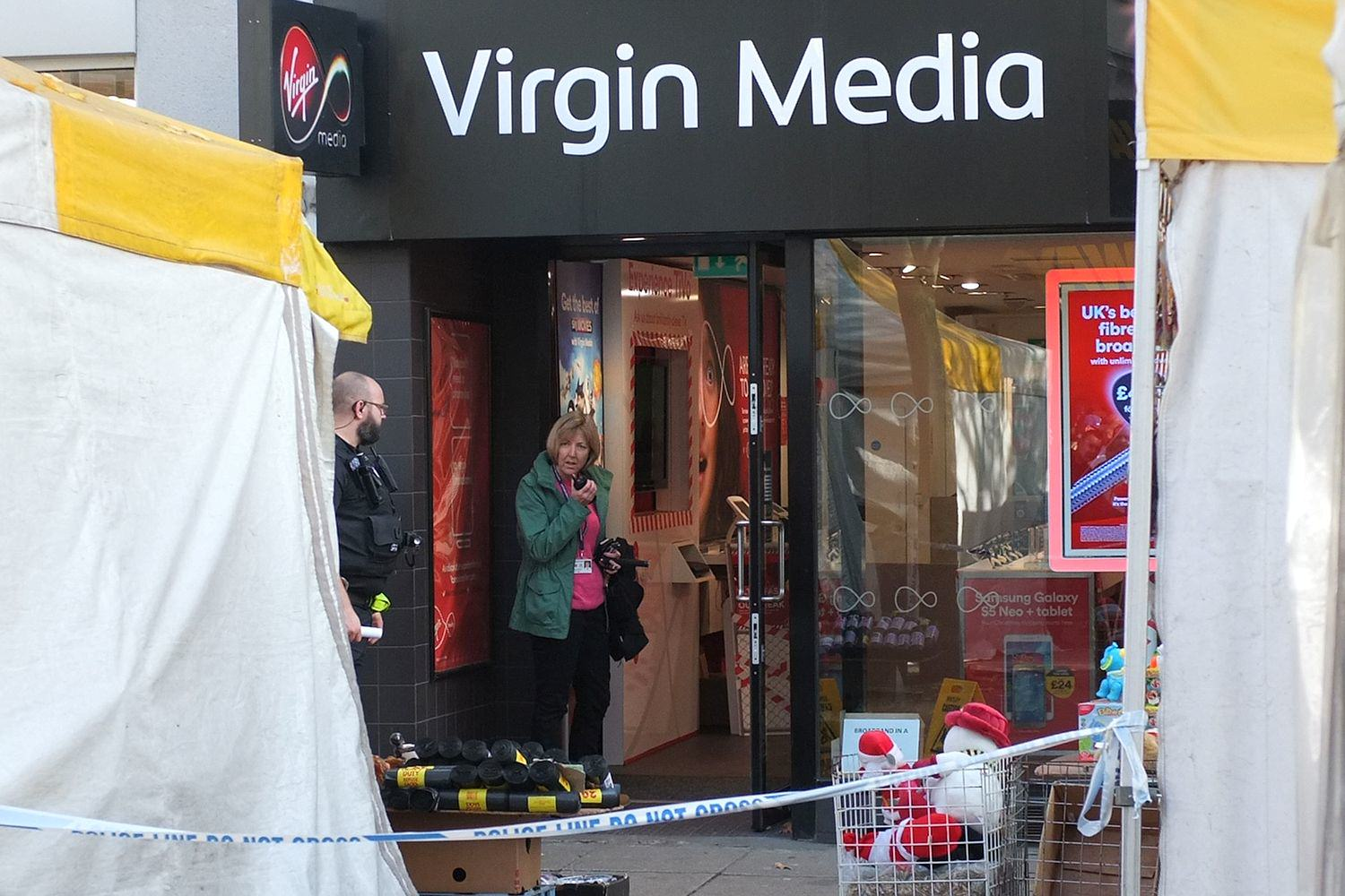Knife Wielding Man Takes Hostages At Phone Shop After Receiving Large Bill UNILAD Solent News Photo Agency30601