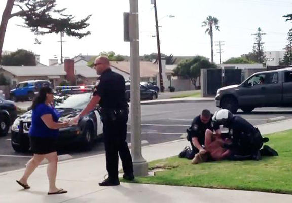 Shocking Moment Cops Hold Down Mother And Punch Her In The Face UNILAD cali web7