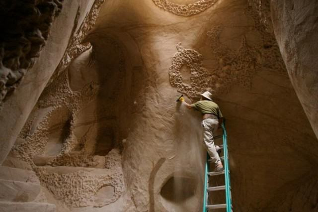 Lad Spends 25 Years In The Desert Carving Out Sandstone Caves UNILAD cave482711 640x426