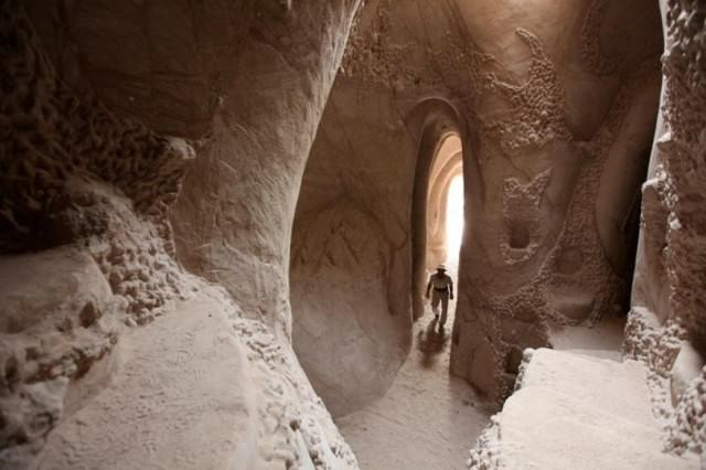 Lad Spends 25 Years In The Desert Carving Out Sandstone Caves UNILAD cave664499 640x426