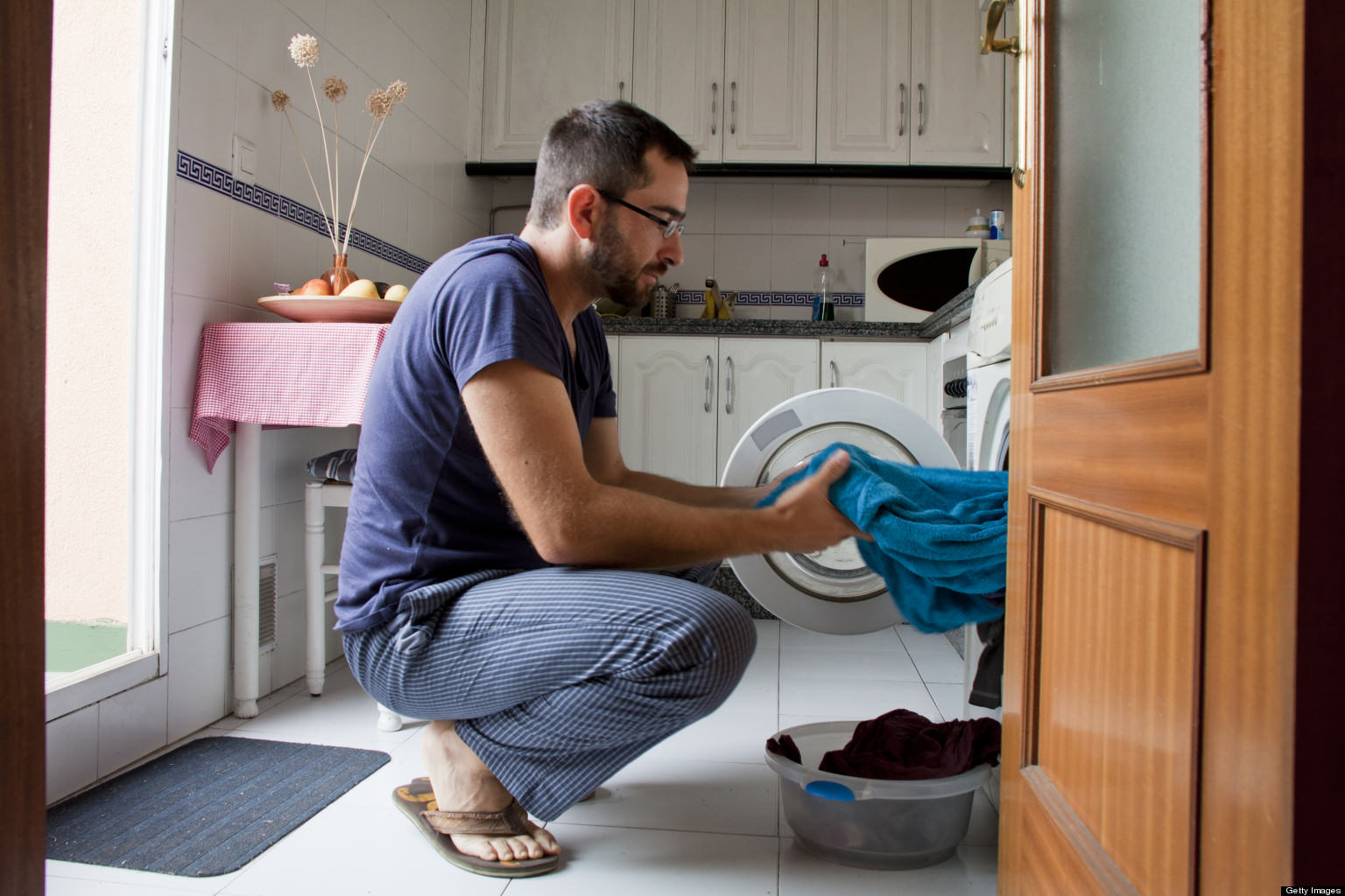 Canadian Man Breaks Into House, Does Laundry And Feeds Cats UNILAD o MAN DOING LAUNDRY getty6