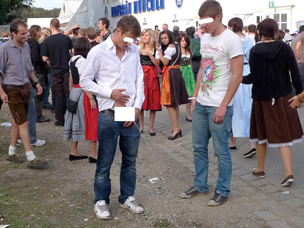 The Classic And Messy Moments Of Oktoberfest 2015 (NSFW) UNILAD okt1693394