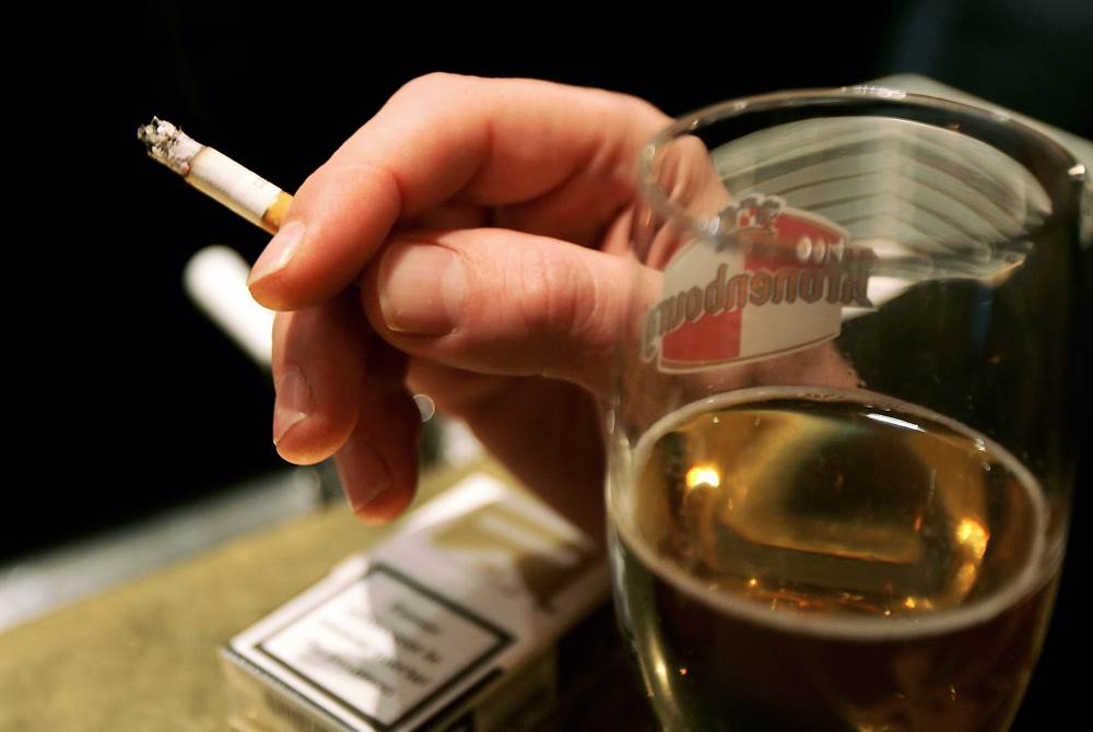 Ever Wondered Why You Smoke After Drinking? Heres The Answer UNILAD smoke beer90455