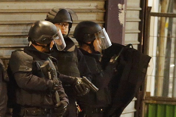 BREAKING: Heavy Shooting Breaks Out In Police Siege At Paris Apartment UNILAD Screen Shot 2015 11 18 at 2.44.39 pm70409