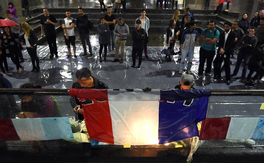 Heres How Cities Around The World Mourned And Memorialised The Paris Attack Victims UNILAD paris memorials 1248332