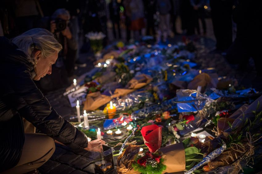 Heres How Cities Around The World Mourned And Memorialised The Paris Attack Victims UNILAD paris memorials 3203