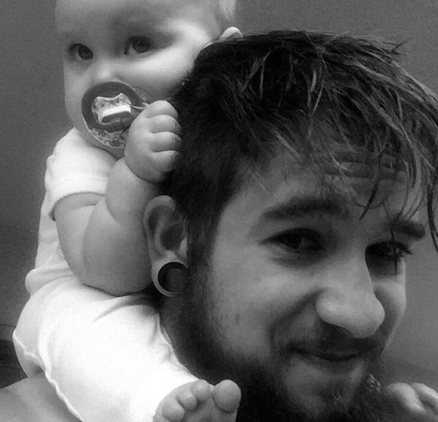 Single Dad, 21, Raises Baby Daughter Alone After Mum Leaves Them dad 32