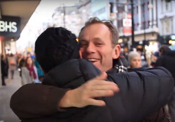 A British Muslim Offered Free Hugs To People, This Is What Happened muslim hug WEB 2