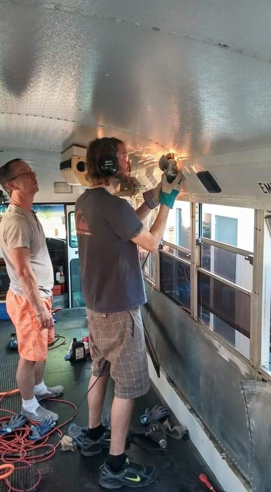 Dad And Son Convert School Bus Into Home And Go On Epic Road Trip XMb83SK