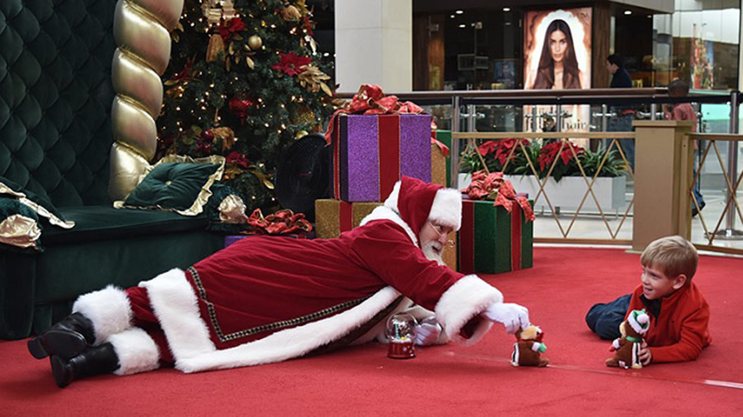 Santa Wins Christmas After Touching Encounter With Autistic Kid bray1