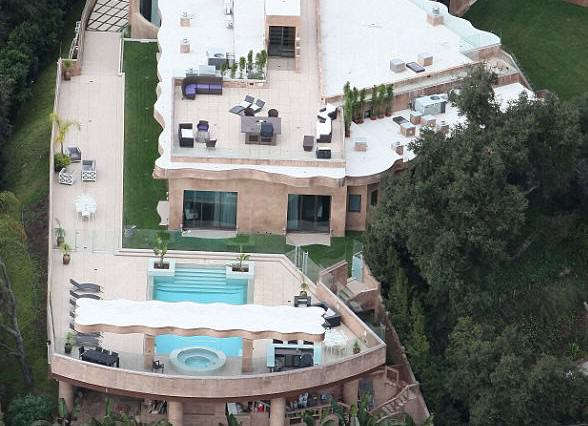 How Is Bruce Willis' House On Sale For $12.9M When It Looks Like This? rihannahouse 588x426
