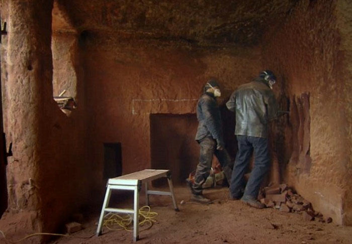 Astounding Real Life Caveman Converted 250 Million Year Old Cave Into Home Interior And Landscaping Staixmapetitesourisinfo