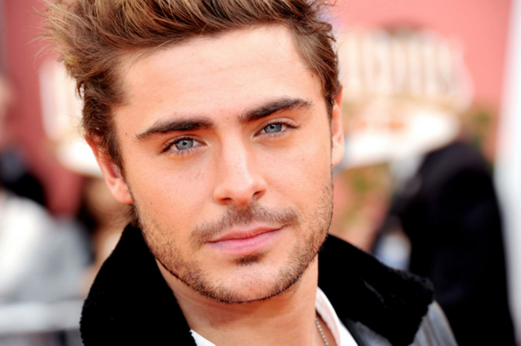 Zac Efron Blasted For His Ridiculous Martin Luther King Day Tweet efron2