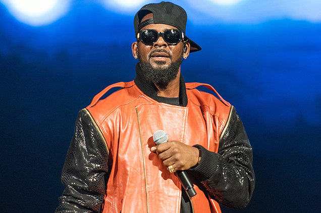 R Kelly Has Weighed In On The Bill Cosby Sex Assault Claims r kelly performance sept 2015 billboard 650