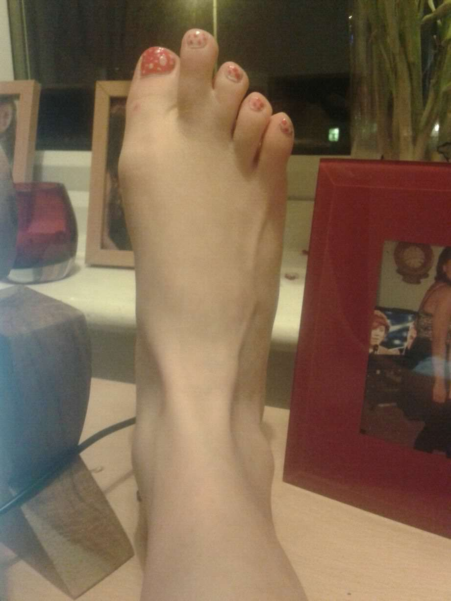Girl Freaked Out When She Stumbled Across Pictures Of Her Feet Online foot 2