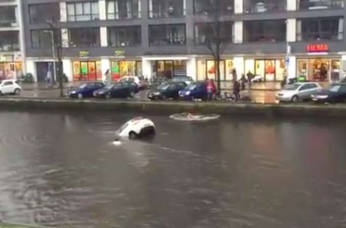 Heroic Passers By Rescue Mother And Child From Sinking Car river1