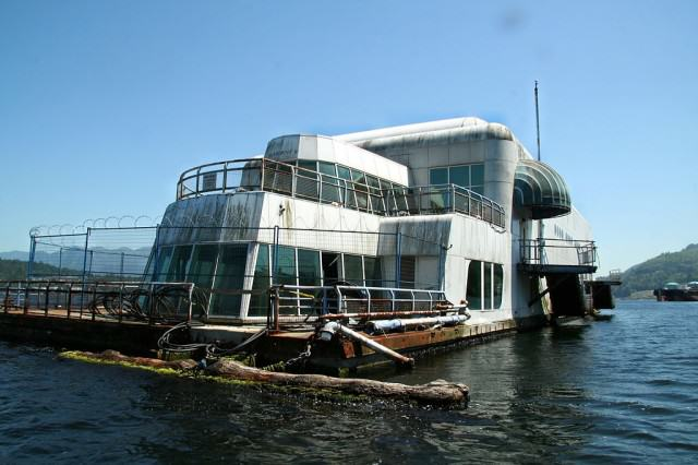 This Abandoned Floating McDonalds Is Creepy As F*ck 1024px McBarge front 640x426