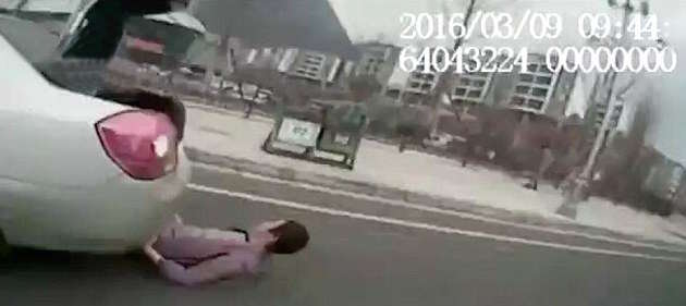 Shocking Moment Illegal Taxi Driver Runs Over Their Own Customer 326B44F900000578 3502429 image a 10 1458562337379 1