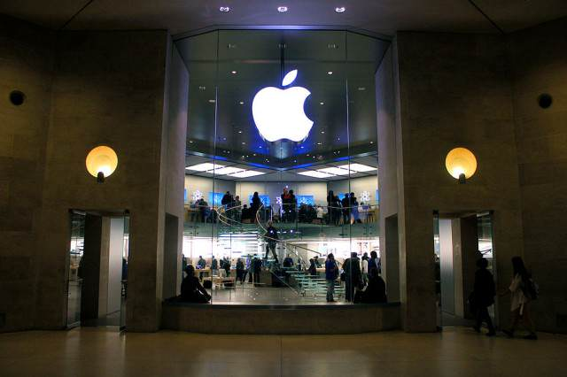 U.S. Government Ends Battle With Apple After Hacking iPhone Without Their Help Apple Store Carrousel du Louvre 18 March 2011 640x426