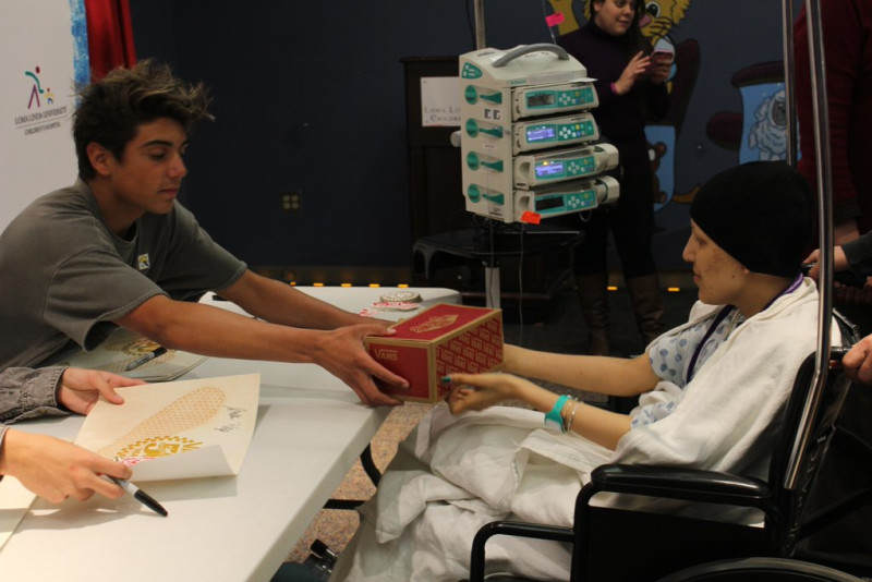 damn-daniel-gives-vans-to-children-hospital-3_lnaytk