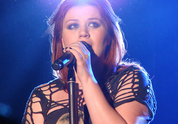 Kelly Clarkson Admits Smacking Her Kids And Doesnt See Anything Wrong With It kelly clarkson featured