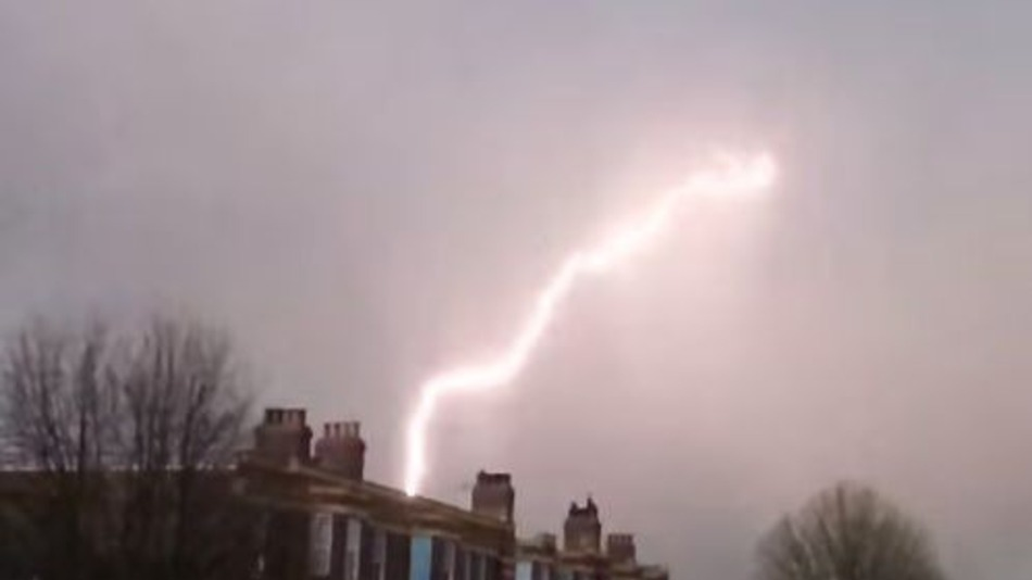 This Plane Getting Struck By Lightning Will Put You Off Flying Forever 03 original