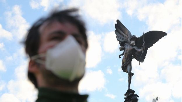 Insane Pictures Show Fearless Greenpeace Protesters Scaling London Statues 2 1
