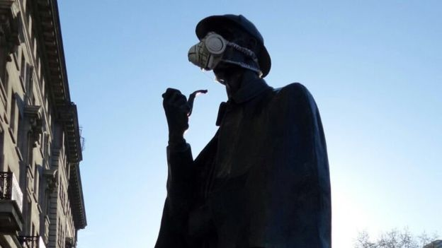 Insane Pictures Show Fearless Greenpeace Protesters Scaling London Statues 3