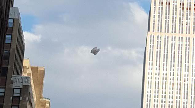 Cloaked Alien Ship Seen Hovering Near Empire State Building 32EA0B2F00000578 3527239 The witness which is going by the name D reported the claim and  a 60 1459987323174 1