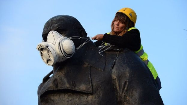 Insane Pictures Show Fearless Greenpeace Protesters Scaling London Statues 4