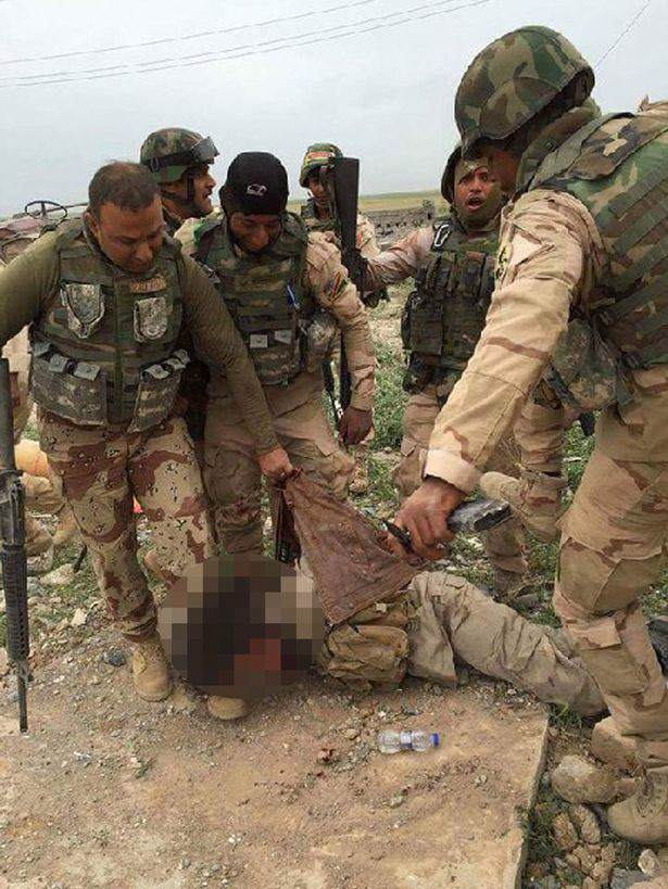 Iraqi-army-takes-selfies-with-ISIS-captive-before-executing-him (1)