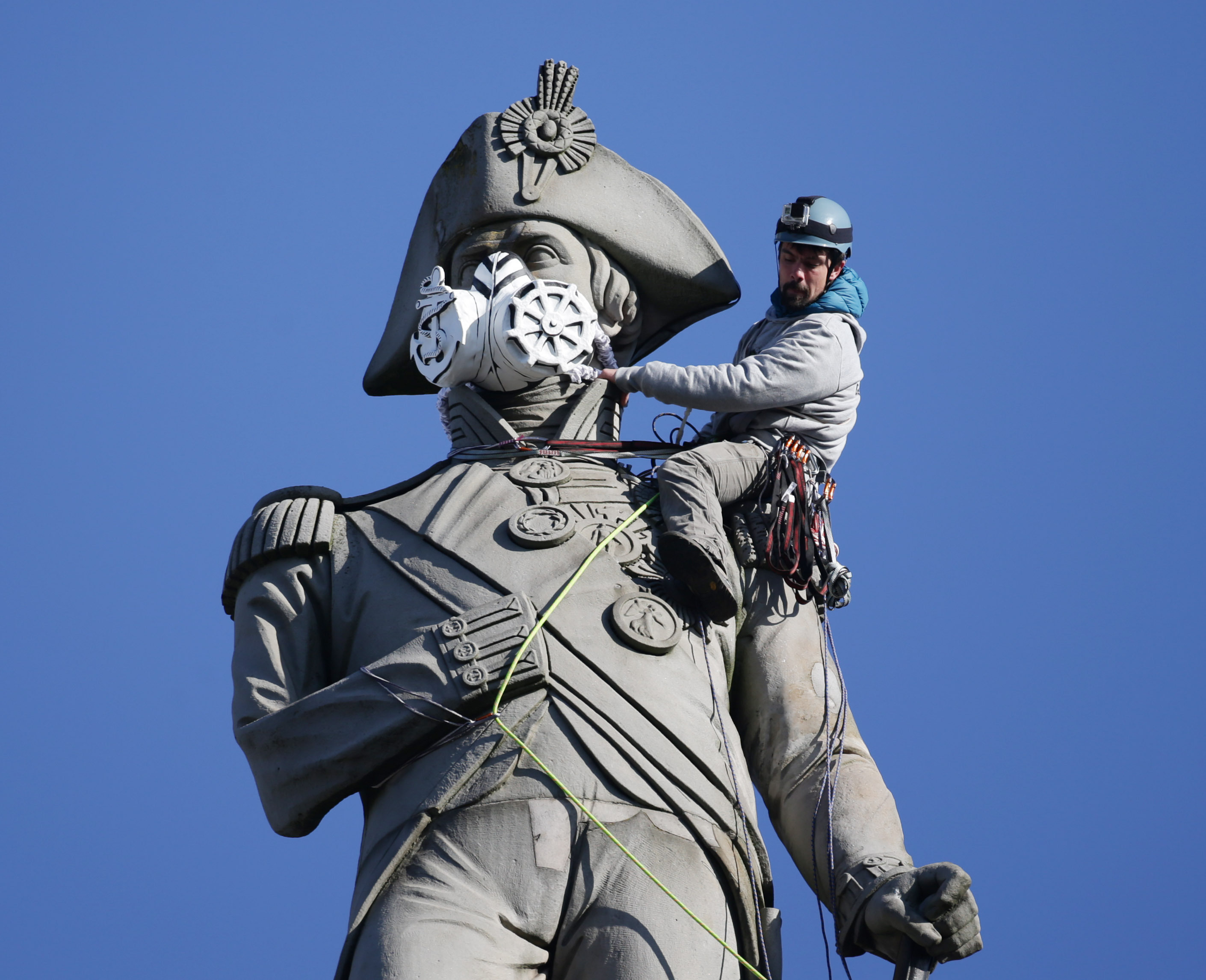 Insane Pictures Show Fearless Greenpeace Protesters Scaling London Statues PA 26103641