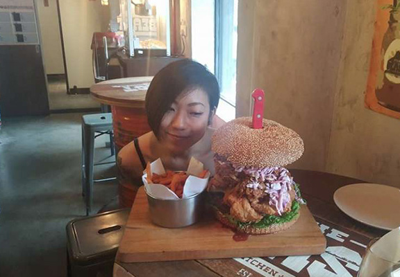 Tiny Girl Absolutely Destroys 112oz Burger In Most Ridiculous Food Challenge Ever food web thumb